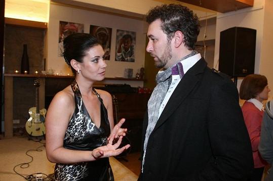 Adéla právě Martuccimu sděluje, že nerozšíří jeho sbírku skalpů.