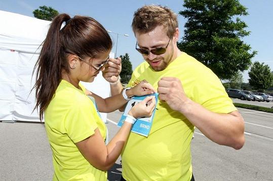 Martin Tůma s Elisavet Charalambidu si pomáhali připnout běžecká čísla.