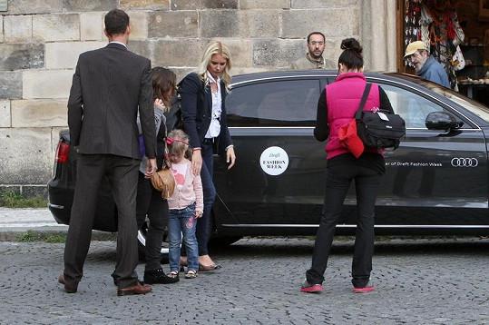 O argentinskou supermodelku je v Praze skvěle postaráno. Po celou dobu svého pobytu má Valerie a její rodina k dispozici vlastní limuzínu s osobním řidičem.