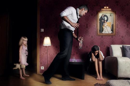 ... doma se ale žalem opíjejí a křičí na sebe před dětmi.