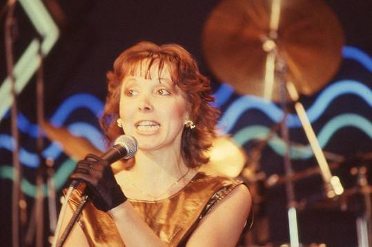 Eva Hurychová řádí za mikrofonem.