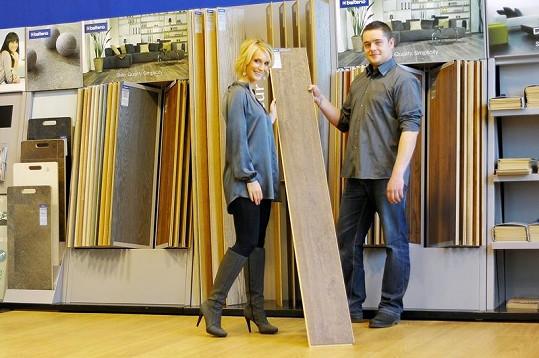 Bára Kolářová v showroomu vybírala novou podlahu