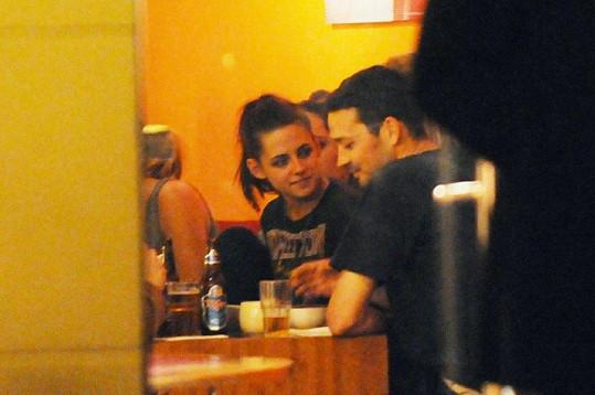 Kristen a Rupert na společné večeři v Berlíně v polovině května.