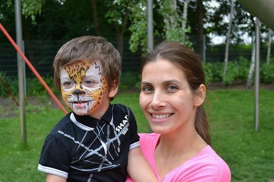 Eva Decastelo se synem Michálkem na oslavě narozenin nevlastního syna Eliáše.