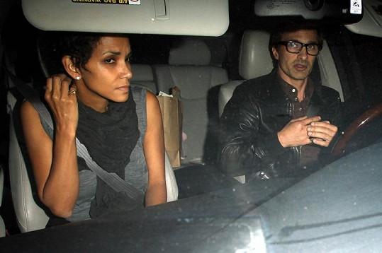 Posmutnělá a unavená Halle Berry odjíždí s Olivierem z nemocnice.
