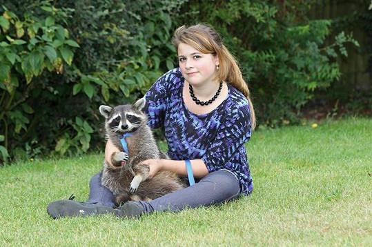 Dcera Rosemarie se svým mývalím mazlíčkem.
