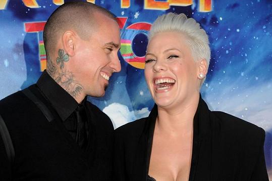 Pink se po boku manžela na premiéře dobře bavila.