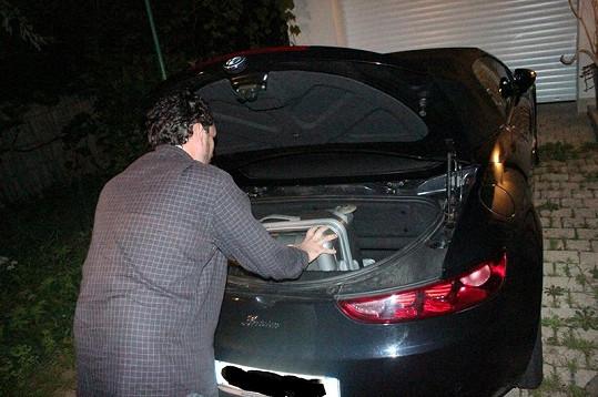 Domenico Martucci se snaží vtěsnat do kabrioletu menší zavazadlo.