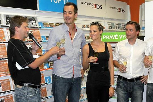 Kateřina na křtu videohry Fifa 12 se sportovci a herci.