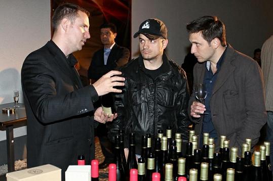 Martin Písařík a Jiří Mádl se po celý večer neodtrhli od vína.