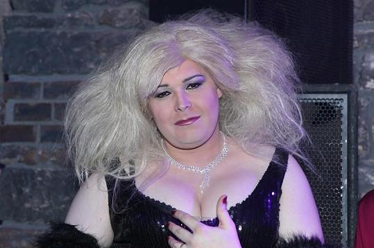 Travestita Pavel Kieweg jako Iveta Bartošová.