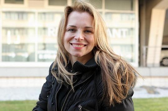Usměvavá Martina Kociánová vypadá skvěle i bez výrazného nalíčení.