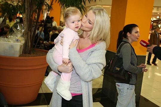 Romana s jednou z dcer.