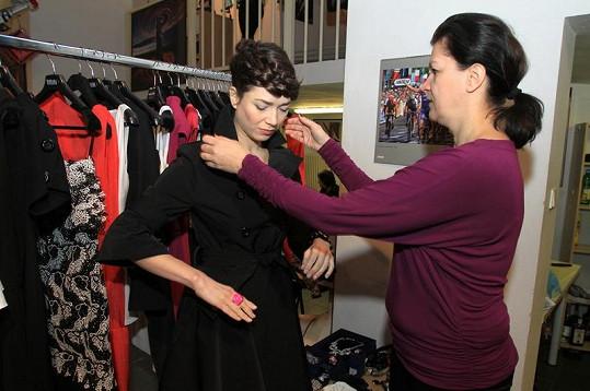 Tereza s návrhářkou Tatianou Kovaříkovou v šatně.