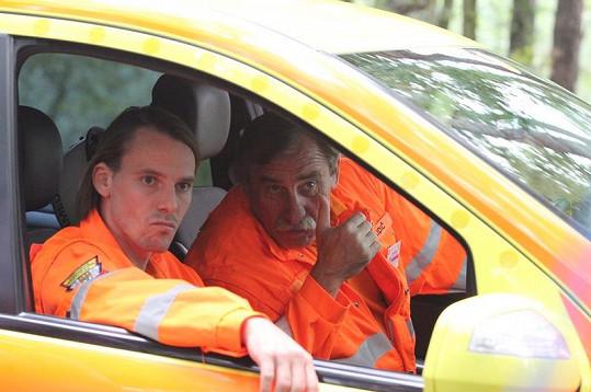 Václav Jiráček a Pavel Zedníček se dívají směrem ke zraněné.
