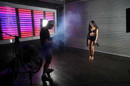 Alice Konečná při natáčení klipu byla pořádně sexy.