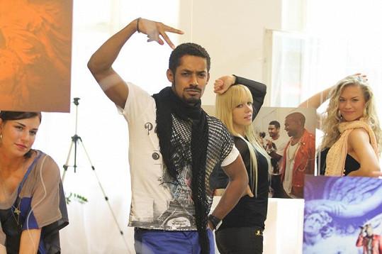Yemi se svými tanečnicemi, které jsou mu vděčné za příležitost.