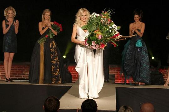 Kateřina Brožová s modelkami a návrhářkou při závěrečném defilé.