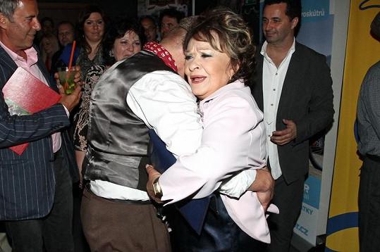 Jiřina Bohdalová při tanci.