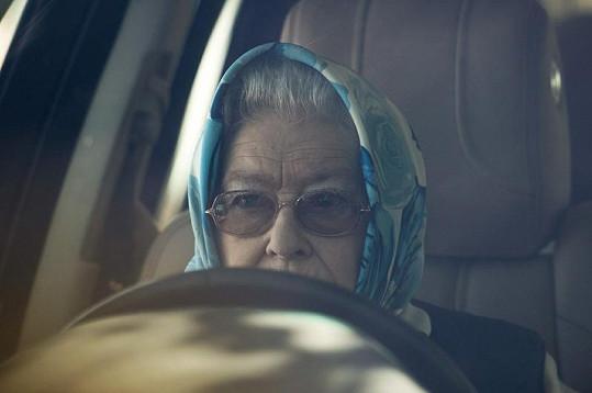 Královna Alžběta II. jako řidička s šátkem na hlavě.