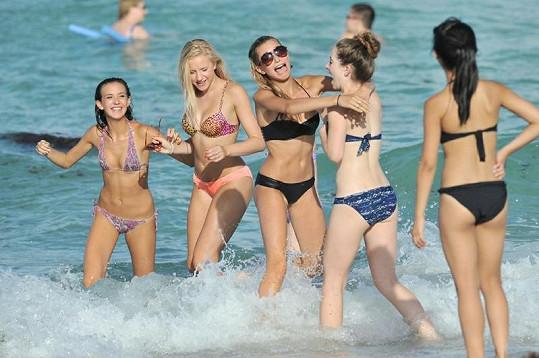 Dcera Stephena Baldwina se baví s kamarádkami v Miami.