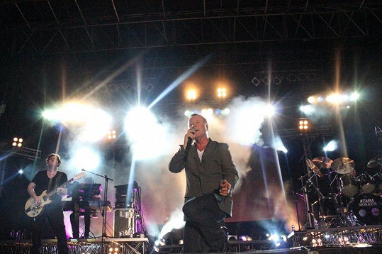 Jim Kerr během koncertu málem vypustil duši.