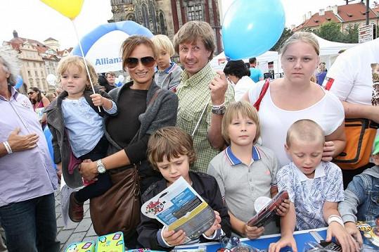 Moderátorka Jana Adamcová a Petr Kožíšek s dětmi vybírali hračky.