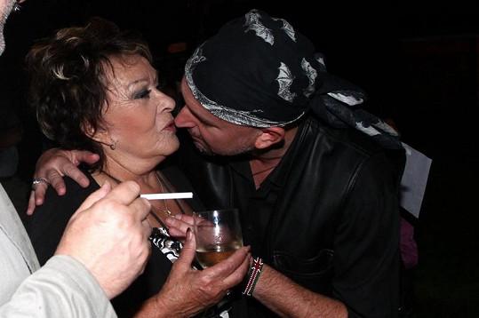 Jiřina chtěla od Jakuba jen malou pusu.