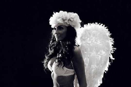 Sisa Sklovska na černobílé verzi snímku.