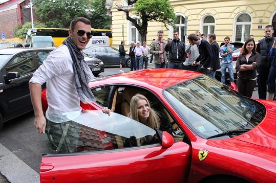 Leoš Mareš jako správný gentleman pomohl Gabriele Gunčíkové nasednout do auta.