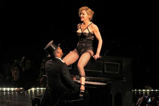 Popová diva laškuje s klavíristou.