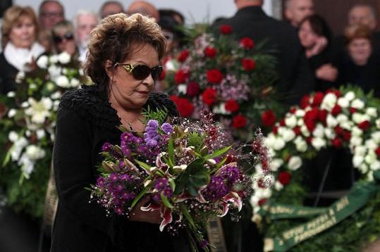 Jiřina Bohdalová skrývala smutek za tmavými brýlemi.