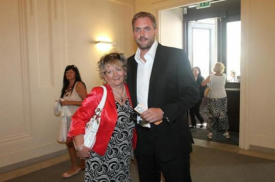 Dorazil i přítel Bílé Petr Makovička s matkou a potencionální tchyní Lucky.
