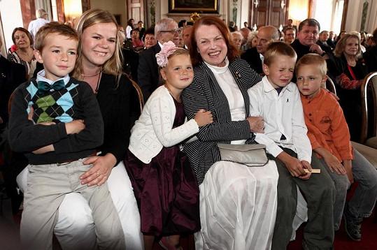 Iva Janžurová s dcerou Sabinou a vnoučaty.