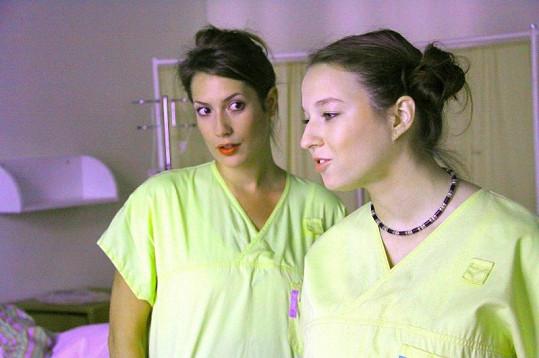 Berenika jako drzá puberťačka v seriálu Život je ples s Lenkou Zahradnickou.
