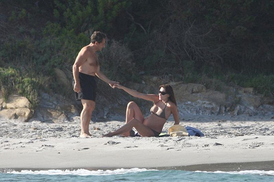 Nicolas Sarkozy pomáhá vstát své těhotné manželce Carle.