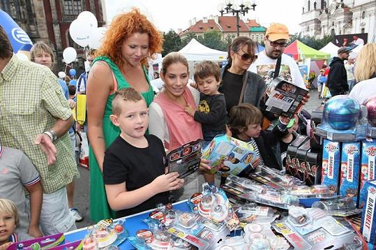Eva Decastelo se svým synem a první manželkou svého manžela vybírala dárky pro děti.