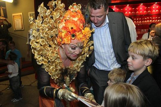 Zpěvačka rozhodně neprojevila hvězdné manýry a po náročném představení se ochotně podepisovala dětem.