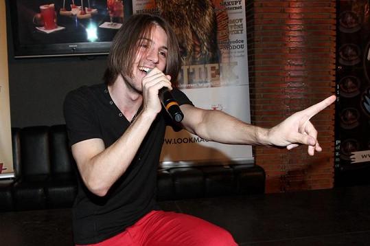 Petr Ševčík zpívá pro Moniku.