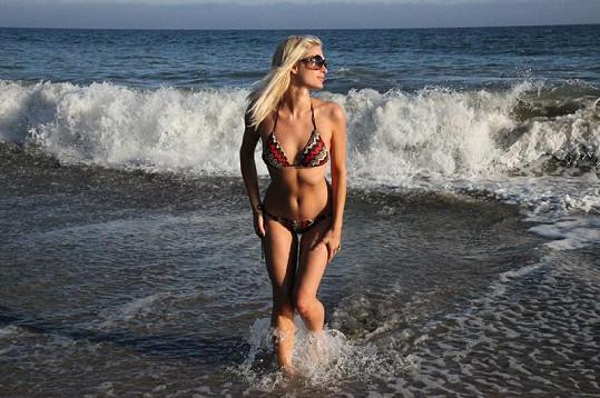 Milionářka a její svůdné křivky u moře v Malibu.