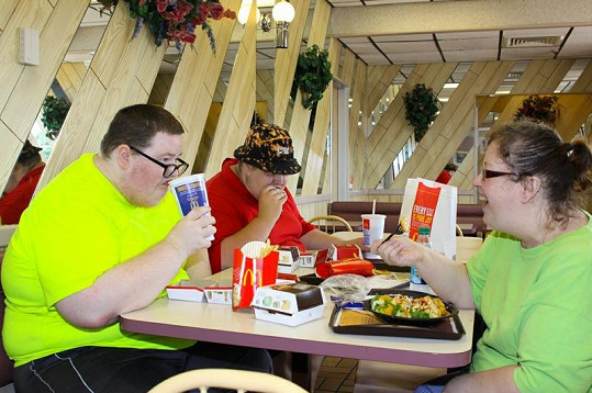 Návštěvy fast-foodů jsou u Cynthie a jejích synů běžnou záležitostí.
