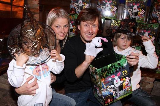 Kouzelník Pavel Kožíšek s rodinou.