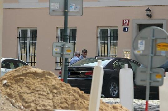 Poté, co Ladislav Štaidl ubytoval svého syna, šel si od řidiče převzít auto.