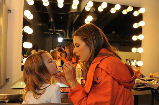 Alessandra učí malou Anju trikům v líčení.