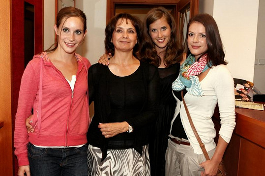 Hana Vagnerová s kolegyněmi ze seriálu Vyprávěj.