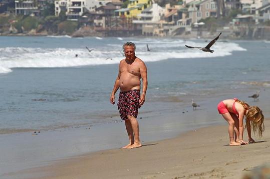Dustin Hoffman na pláži v Malibu.