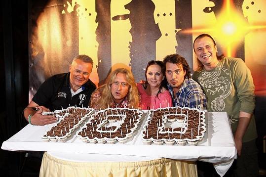 Kamil Střihavka, Vašek Noid Bárta, Bára Basiková, Pavel Polák a Egon Kulhánek slavnostně zfoukli svíčky na dortu.