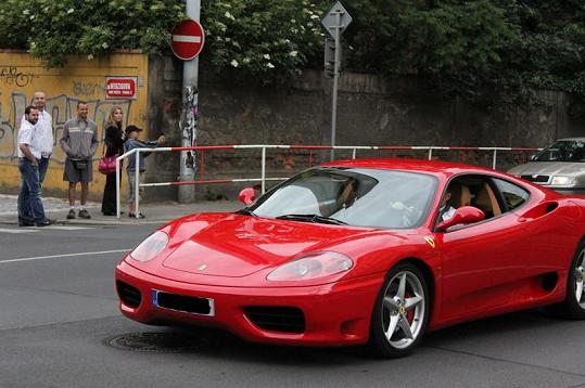 Z fotky je průkazné, že Ferrari Leoše Mareše nesvítí.