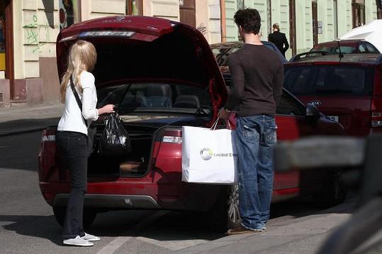 Jitka Nováčková nakládá do svého auta poslední věci.