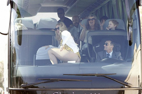 Celý autobus se bavil vystoupením blonďaté ženy.